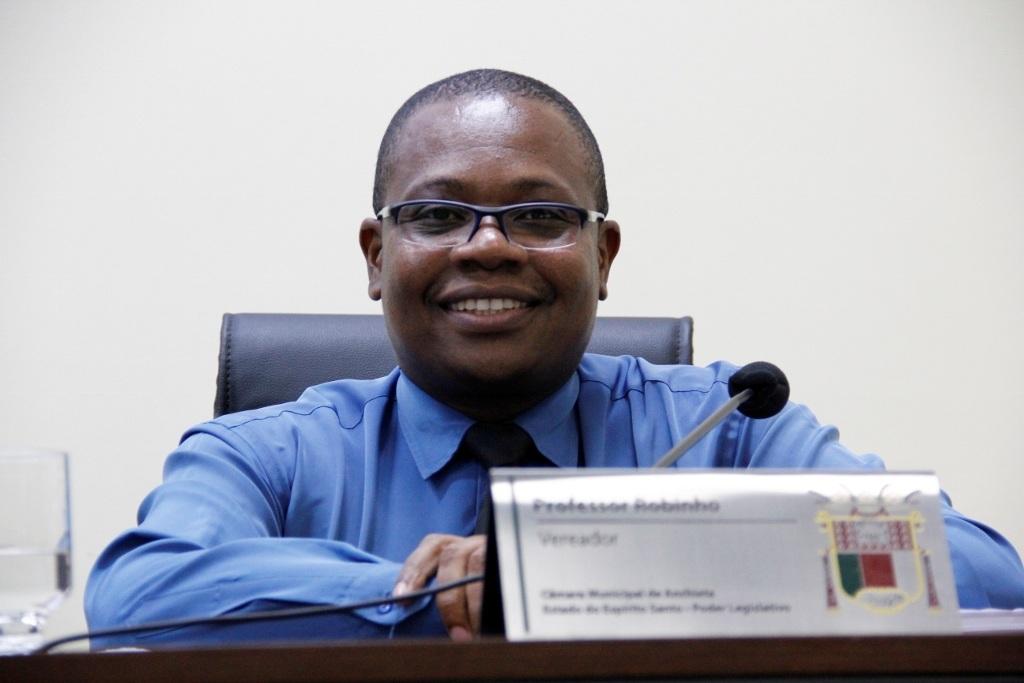 Vereador Professor Robinho solicita melhorias em vias e informações à Saúde